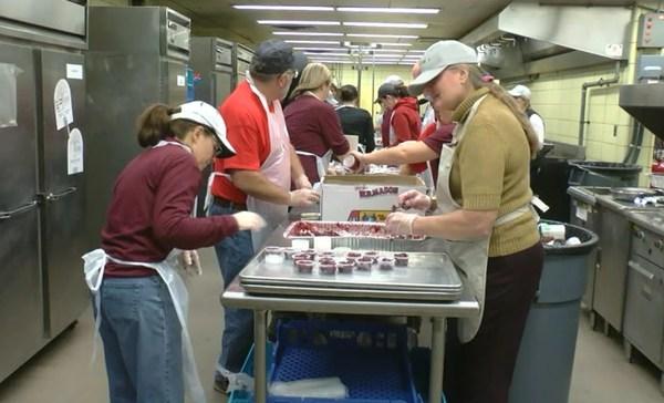 equinox-volunteers-thanksgiving-prep_503737