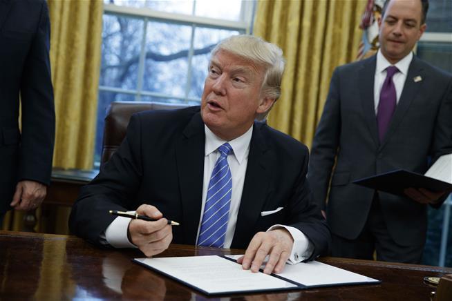 trump-signing_533627