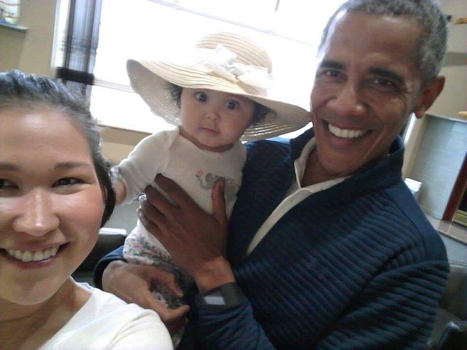 Obama and baby in Alaska_604525