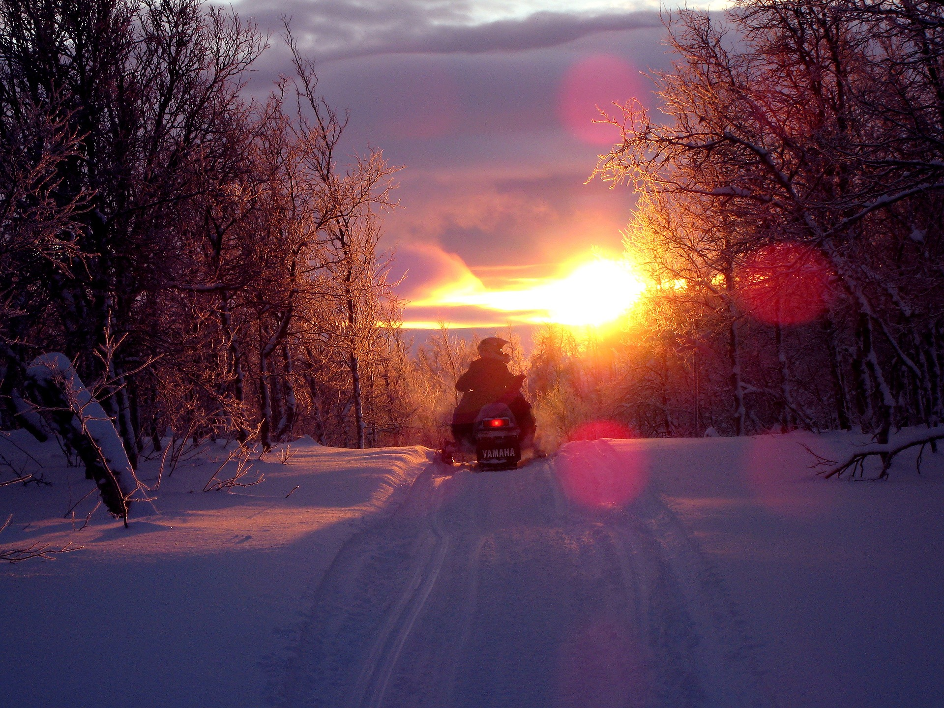 Snowmobile at sunset. (Fredrik Bäckman / Pixabay)