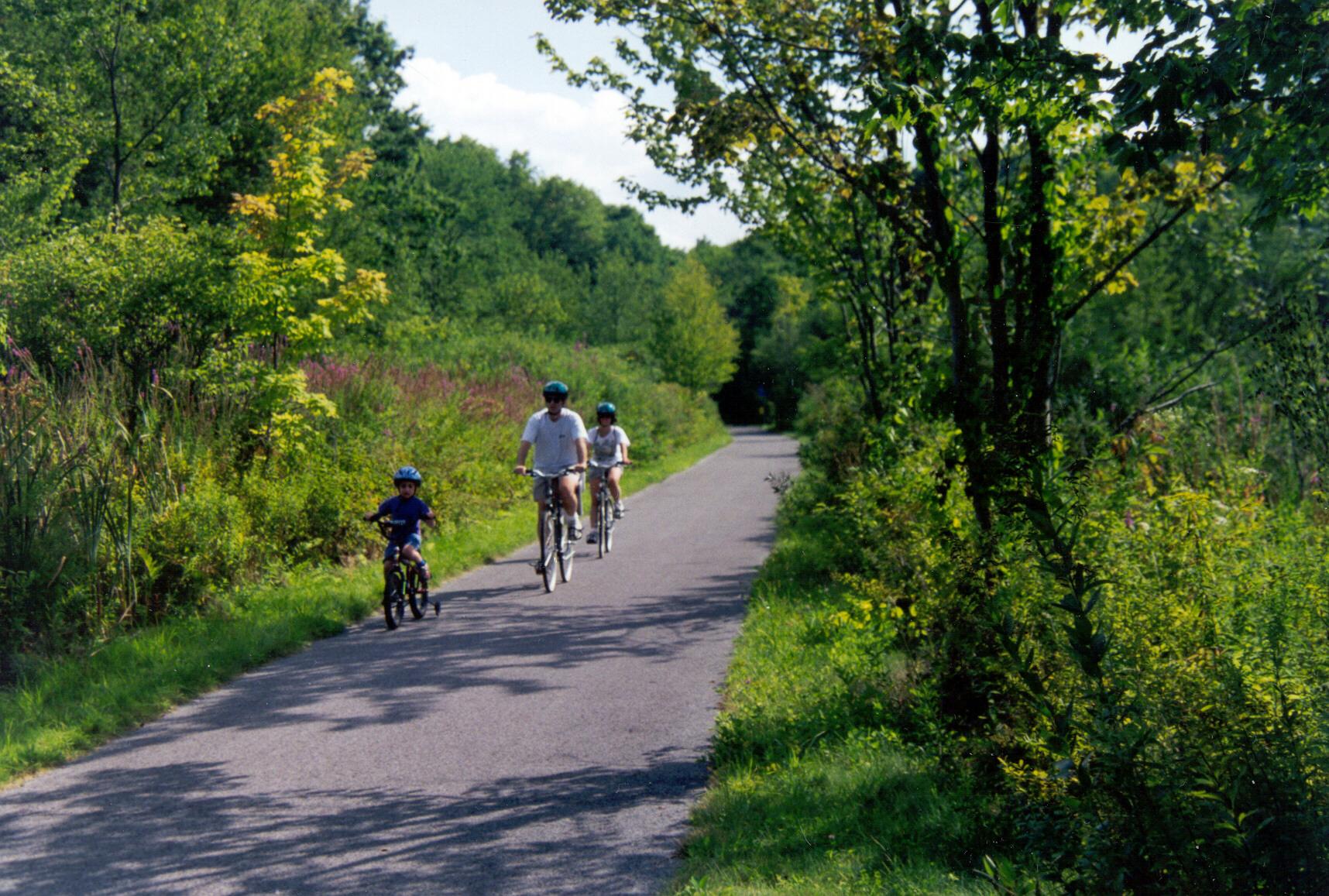 family on bikes - Harlem Valley RT